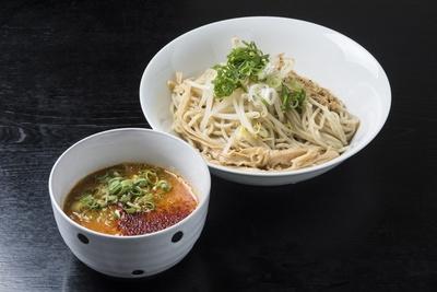 辛味噌つけ麺(250g)800円。太麺には全粒粉を加えている。