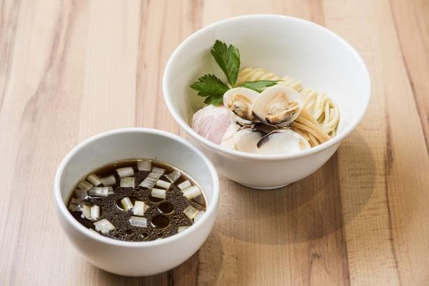はまぐりのつけ麺850円。喉越し抜群の麺とよく絡むスープにはユズ皮が加えられており、さっぱり風味が楽しめる