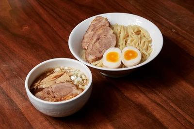 【写真を見る】特製魚介豚骨のつけ麺(中)1000円。濃厚さとコクがありながらも飽きのこないスープが誕生
