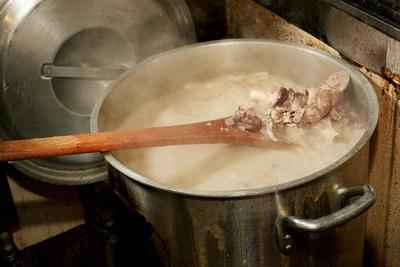 このコダワリが半端ない!ていねいに下処理を施した豚骨をコトコトと16時間炊き上げるスープ