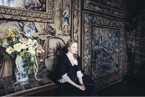 エマ・ストーンは貴族への返り咲きを狙う召使アビゲイルを演じる