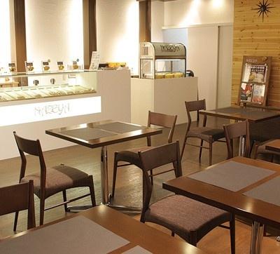 「銀座たい焼き 櫻家 東京キラピカ通り店」の店内はスタイリッシュな雰囲気