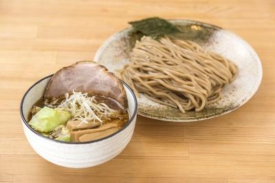 正油つけ麺800円。エビの香味油を加えたスープで、本店とは違う味わいが楽しめる。麺は小麦の外皮入りで香り高い
