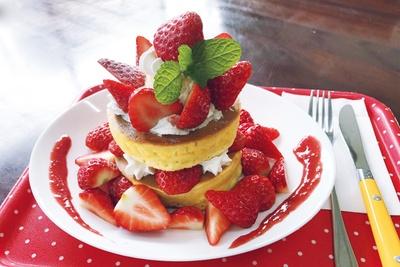 今季からの新メニューは朝摘みいちごをたっぷり使った「いちごパンケーキ」(1300円)/「多度グリーンファーム」
