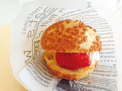 大粒のいちごをまるごと使用。甘いクリームといちごの酸味がマッチ!「シュークリーム」(250円)/「多度グリーンファーム」