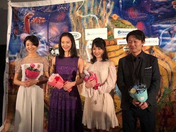 舞台挨拶には主演の陽月華、佃井皆美、木下彩音の今注目の美人女優3名と塩崎監督が登壇