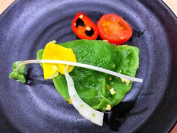「西安餃子(野菜の水餃子)」(972円)はほうれん草を練り込んだオリジナル生地を使用している