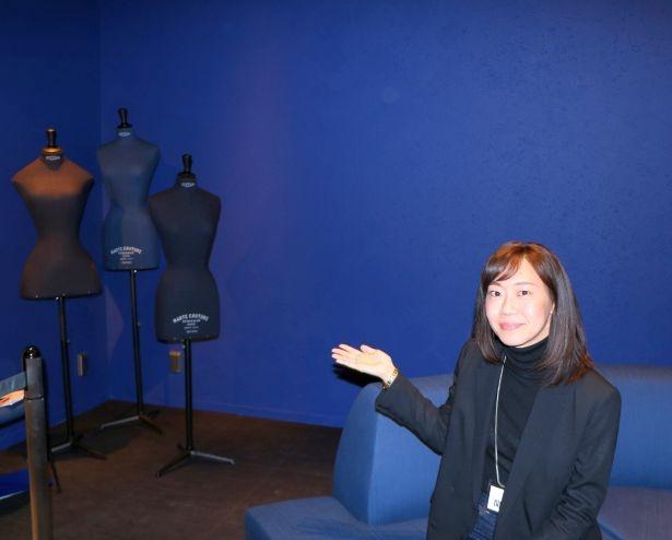 東京急行電鉄のチーフ・蛭間萌々奈さんが解説。既存のフロア空間コンセプトである「Play Ground」と調和しながらも、アクセントとなる伝統色の藍色を空間に加えているという