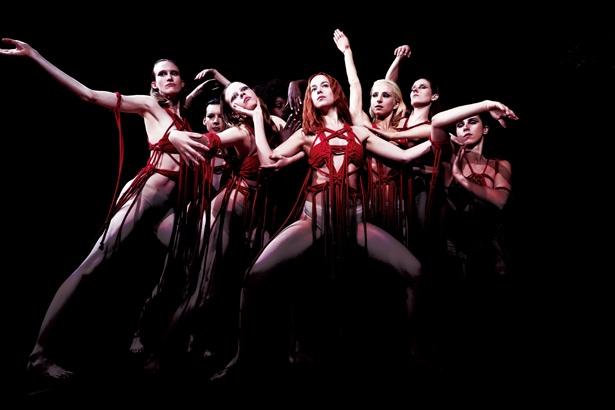 ダンサーたちが縛られた、鮮烈の衣装!『サスペリア』は1月25日(金)公開