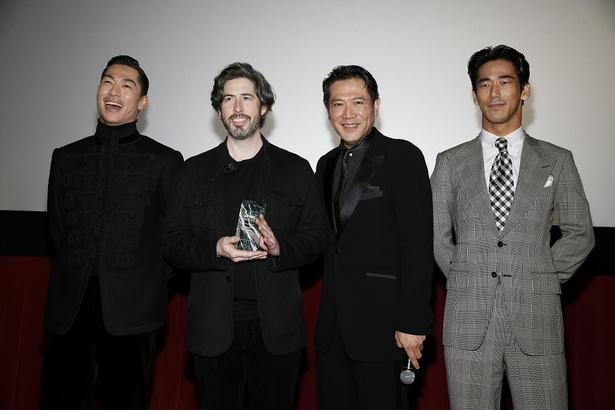 「日本のボーイズグループです」と挨拶する小林直己に「君たちがボーイズグループ?メンズグループでしょ!(笑)」と切り返すジェイソン・ライトマン監督