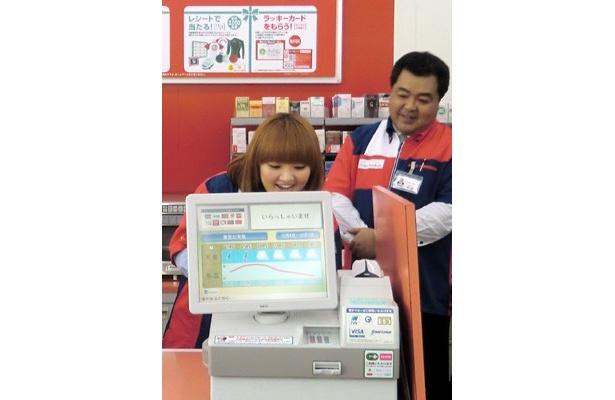 【写真】「懐かしい~!」レジ打ちに笑顔になる柳原可奈子