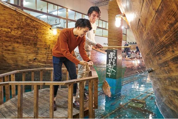 ざうおのカキ小屋 / 生けすで釣り体験も可能(貸し竿1本¥108)。鯛やアジが泳ぎ、釣った魚は有料で調理してくれる