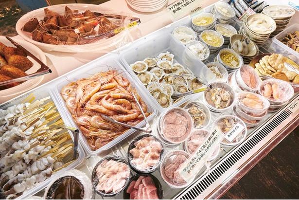 ざうおのカキ小屋 / 「贅沢コース」の一例。食事メニューやドリンクはセルフで取り放題だ
