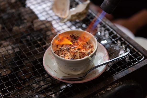 かき小屋はやっとぉ / 「カキココット」(¥550)。卓上で香ばしく炙る