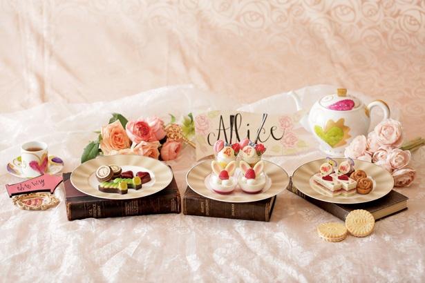 【写真を見る】3段スタンドには、アリスのミニパフェ/白ウサギのブランマンジェ(中央)など、かわいらしいスイーツがのる/「ストリングスホテル 名古屋 1F ニューヨークラウンジ」