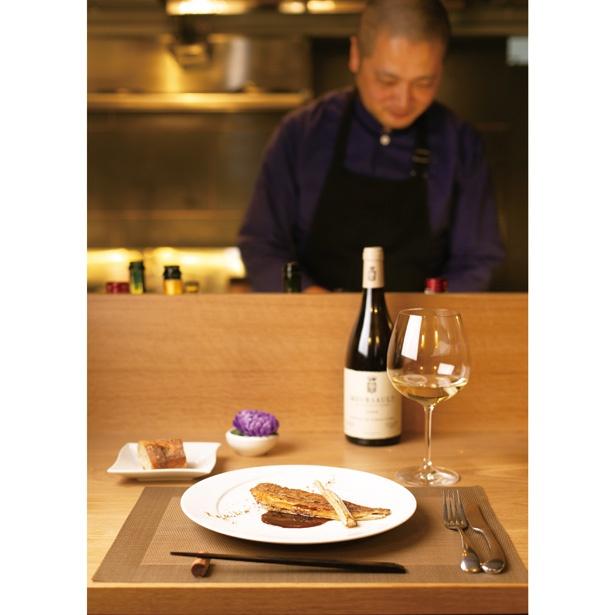 カウンター越しにする、松村さんとの料理談議も贅沢