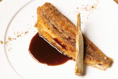 【写真を見る】松村さんが修業した「メゾン・ド・ブリクール」の味を継ぐ、舌平目のムニエル ソースエピス