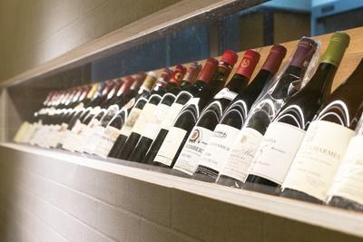 松村さんのセレクトによるワインは、フランス産を中心に約400本がスタンバイ。1本10万円のものもあり、通もうならせる品ぞろえが自慢だ