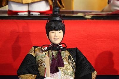 【写真を見る】藤井聡太七段を模した男雛