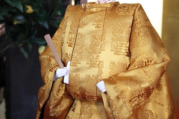 皇太子さまの男雛は「黄櫨染」の装束を身にまとっている