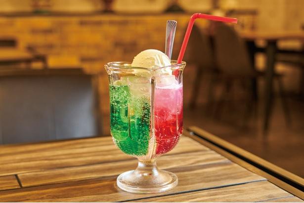 喫茶 銀座 / 「2色のクリームソーダ」(594円)は昔懐かしい味。メロンソーダ&いちごソーダにアイスがのる