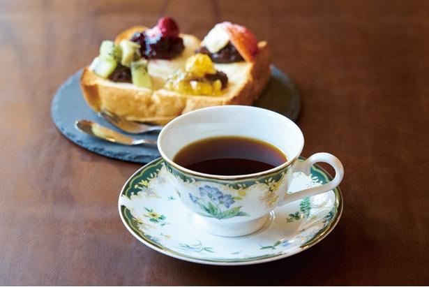 901.COFFEE OOTEMACHI / ハンドドリップで淹れた「コーヒー」(400円)。特製スイーツと一緒に味わおう