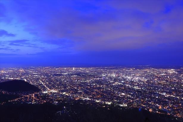 藻岩山からは札幌市街を一望できる大パノラマが楽しめる