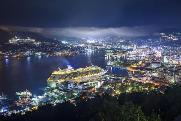 鍋冠山から長崎港と市街を望む。タイミングによっては夜景に客船が加わることも