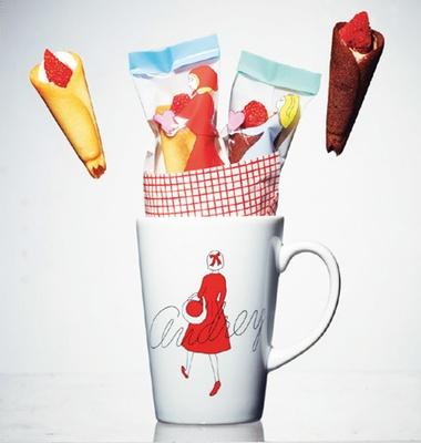 ガーリーなイラスト入りマグカップには、小さなブーケのような人気商品「グレイシア」が。「オードリー」阪急限定 マグカップ(1404円、4個入り)/阪急うめだ本店
