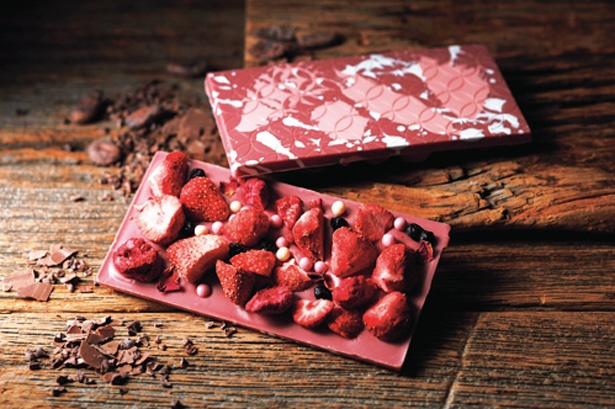 ルビーチョコレートの天然のピンク色がかわいい「マックショコラ バイ マキィズ」コラボタブレットショコラ(1枚1501円)/そごう神戸店