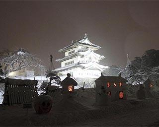 灯籠によって弘前城の雰囲気が幻想的に