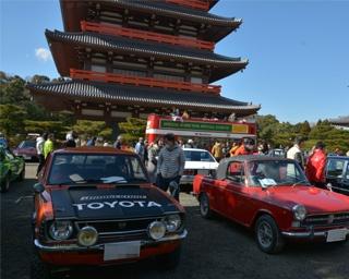 旧車や名車が蓮華院誕生寺奥之院五重塔ゾーンに並ぶ