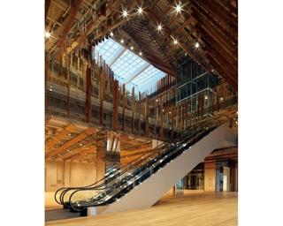 カフェや図書館も併設。世界的現代建築でガラスアートが堪能できる「TOYAMAキラリ」 | 富山県