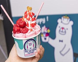 「ROLL ICE CREAM FACTORY 横浜・山下公園ナナイロビル店」のStrawberry Hunting(900円)