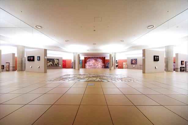 大塚国際美術館・古代ホール。紀元前の壁画や壺絵、モザイク画などを陶板で再現展示している