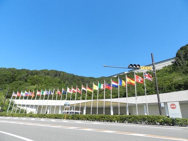 大塚国際美術館の正面玄関。たなびく国旗は作品の原画を所蔵する国のもの