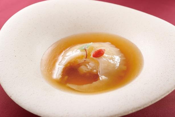 気仙沼産フカヒレの姿煮。リゾット風チャーハンの上にフカヒレの姿煮をのせて丼仕立てに