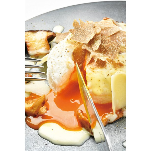 ふわふわした尾張の卵とイタリア産白トリュフにパルミジャーノチーズのソースをかけて