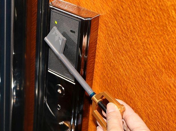 """象徴的なアイテム""""キーブレード""""をかたどったルームキーを使用してお部屋の中へ"""