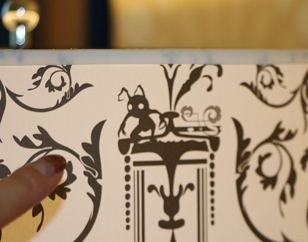 ランプシェードには、ハートレスのシャドウが描かれいる!