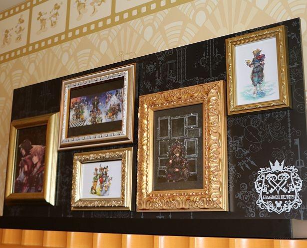 描き下ろしアートがテレビ台の上に飾られている