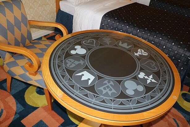 テーブルの天板にもシリーズのアートがデザインされている