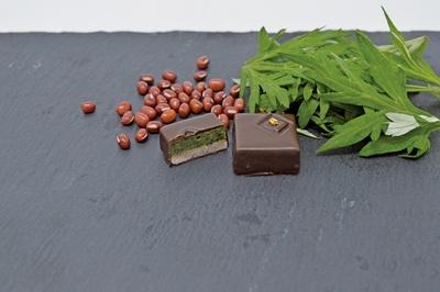 香りのいいヨモギと相性抜群のあん。2つの食材をショコラで表現した「Wabsente」。隠し味には香草系リキュールが!