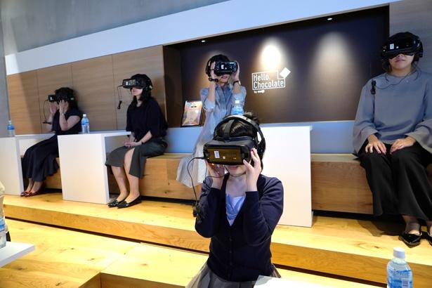 「Hello,Chocolate TOUR」を体験している様子。VRを装着して、カカオ農園への旅に出かけよう