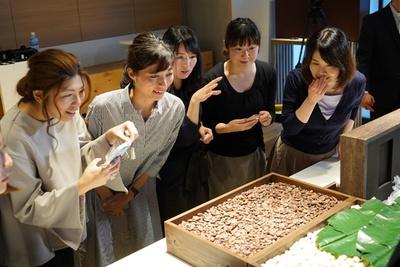 「Hello,Chocolate TOUR」では、カカオ豆がチョコレートになるまでの工程を五感で体感できる