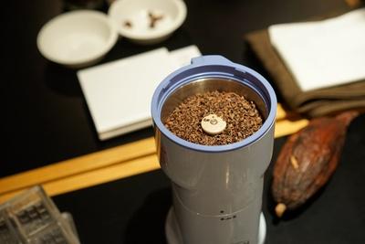 カカオ豆からチョコレートを作る、Minimalのワークショップ。カカオの皮を剥き、摩砕していく