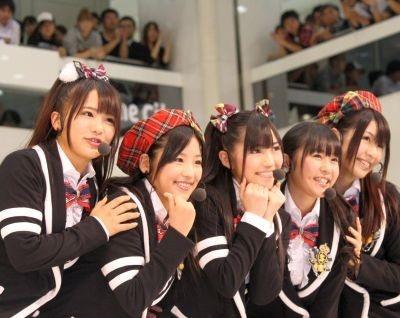 1stアルバムの発売記念イベントで「渡り廊下走り隊」がライブパフォーマンスを披露!