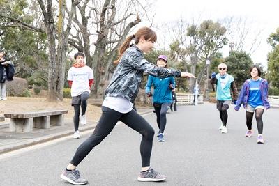 準備運動をする湯田さんと参加者