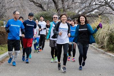 公園を走る参加者たち