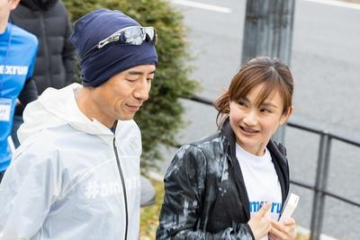 参加されたランナーに声をかける湯田さん(写真右)